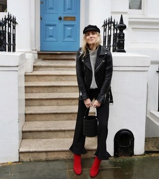 Comment porter: veste motard en cuir noire, pull à col roulé en tricot gris, jupe-culotte noire, bottines en daim rouges
