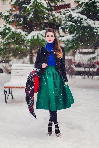 Comment porter: veste motard en tricot noire, pull à col roulé bleu, jupe évasée verte, escarpins en cuir imprimés léopard marron
