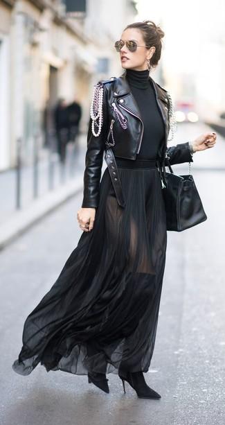 Comment porter une jupe longue en chiffon noire avec une