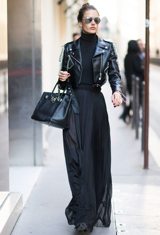 Comment porter: veste motard en cuir ornée noire, pull à col roulé noir, jupe longue plissée noire, cuissardes en daim noires