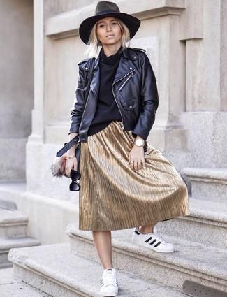 Comment porter: veste motard en cuir noire, pull à col roulé noir, jupe mi-longue plissée dorée, baskets basses en cuir blanches et noires