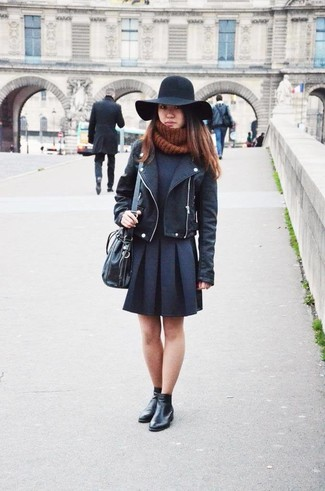 Comment porter: veste motard en cuir noire, pull à col roulé noir, jupe patineuse noire, bottines en cuir noires