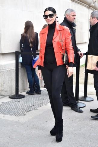 Une veste motard en cuir rouge et une pochette en cuir matelassée noire femmes Rebecca Minkoff communiqueront une impression de facilité et d'insouciance. D'une humeur créatrice? Assortis ta tenue avec une paire de des bottines en daim noires.