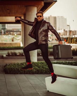 Comment porter: veste motard en cuir marron foncé, pull à col roulé noir, pantalon chino noir, bottines chukka en daim noires