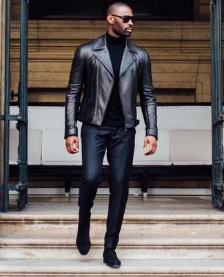 Comment porter: veste motard en cuir noire, pull à col roulé noir, pantalon de costume noir, bottines chelsea en daim noires