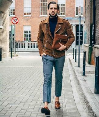 Comment porter un pantalon de costume gris: Marie une veste motard en daim marron avec un pantalon de costume gris pour créer un look chic et décontracté. Jouez la carte classique pour les chaussures et choisis une paire de des slippers en cuir marron.
