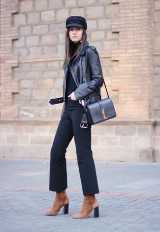 Comment porter: veste motard en cuir noire, pull à col roulé noir, pantalon flare noir, bottines en daim marron