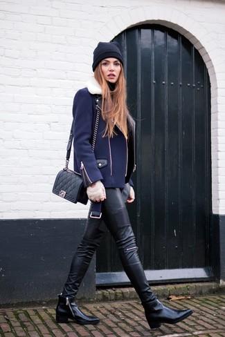 Comment porter: veste motard bleu marine, pull à col roulé noir, pantalon slim en cuir noir, bottines en cuir noires