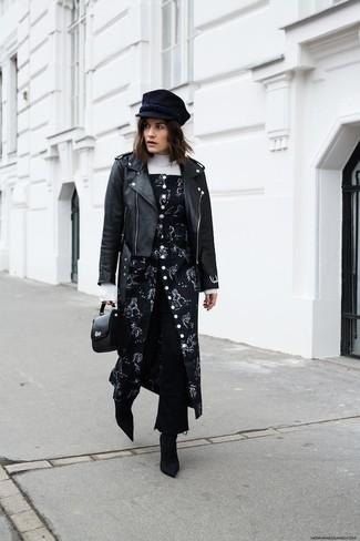 Comment porter une casquette plate: Une veste motard en cuir noire et une casquette plate sont ta tenue incontournable pour les jours de détente. Cet ensemble est parfait avec une paire de des bottines en daim noires.
