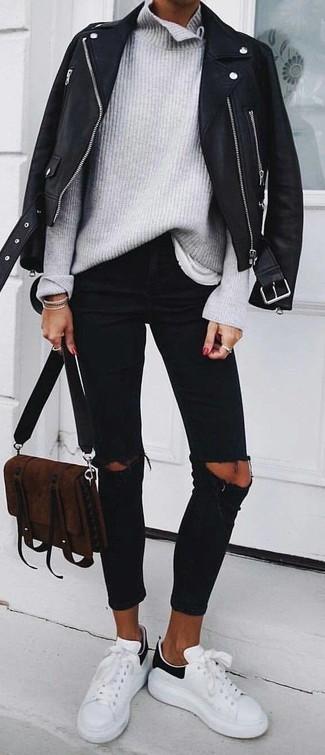 Comment porter: veste motard en cuir noire, pull à col roulé en tricot gris, t-shirt à col rond blanc, jean skinny déchiré noir