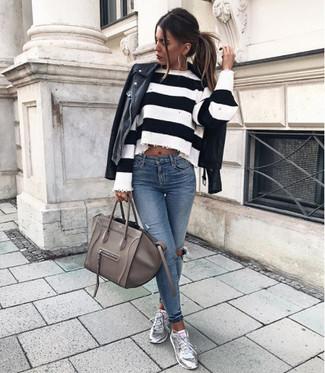 Comment porter: veste motard en cuir noire, pull court à rayures horizontales blanc et noir, jean skinny déchiré bleu, baskets basses en cuir argentées