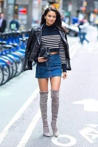Comment porter: veste motard en cuir noire, pull court à rayures horizontales bleu marine et blanc, jupe boutonnée en denim bleue, cuissardes en daim grises