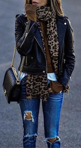 Comment porter: veste motard en cuir noire, pull court marron, t-shirt à col rond blanc, jean skinny déchiré bleu