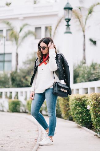 Comment porter: veste motard en cuir matelassée noire, pull surdimensionné en tricot blanc, jean skinny bleu, baskets basses blanches