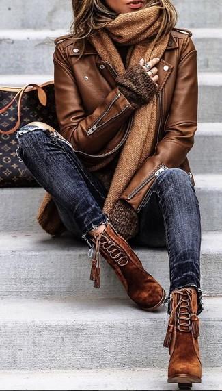 Comment porter: veste motard en cuir marron, pull surdimensionné marron foncé, jean skinny déchiré bleu marine, bottines à lacets en daim marron