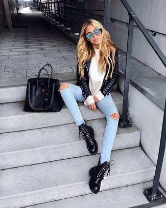 Comment porter: veste motard en cuir matelassée noire, pull surdimensionné blanc, jean skinny déchiré bleu clair, bottines plates à lacets en cuir noires