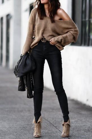 Comment porter: veste motard en cuir noire, pull surdimensionné marron, jean skinny noir, bottines à lacets en daim beiges