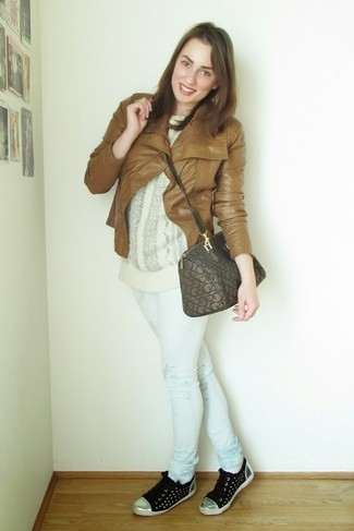 Comment porter: veste motard en cuir tabac, pull surdimensionné en tricot blanc, jean skinny imprimé blanc, baskets basses noires