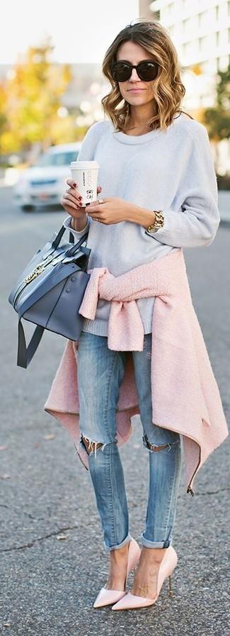 Comment porter: veste motard en laine rose, pull surdimensionné bleu clair, jean skinny déchiré bleu clair, escarpins en cuir roses