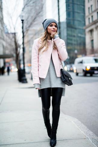 Comment porter: veste motard rose, pull surdimensionné en tricot gris, leggings en cuir noirs, bottines en cuir noires