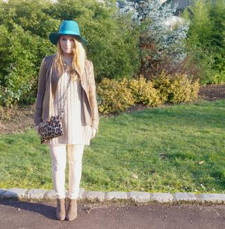 Comment porter: veste motard en cuir marron clair, pull surdimensionné en tricot beige, pantalon slim beige, bottines en daim marron
