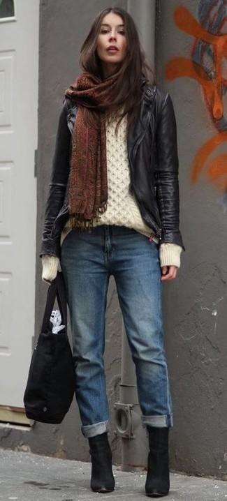 Comment porter: veste motard en cuir noire, pull torsadé blanc, jean boyfriend bleu, bottines en daim noires