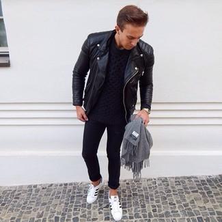 Comment porter: veste motard en cuir noire, pull torsadé bleu marine, jean skinny noir, baskets basses en cuir blanches et noires