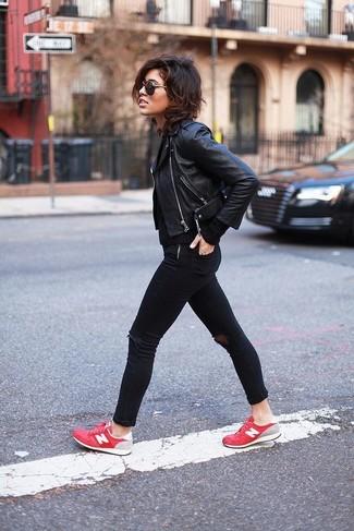 Les journées chargées nécessitent une tenue simple mais stylée, comme une veste motard en cuir noire et un jean skinny déchiré noir. D'une humeur créatrice? Assortis ta tenue avec une paire de des baskets basses rouges.