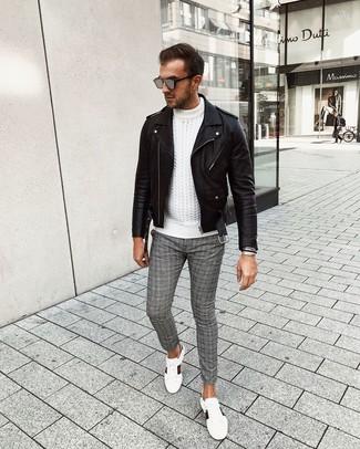 Comment porter des lunettes de soleil grises: Essaie d'harmoniser une veste motard en cuir noire avec des lunettes de soleil grises pour un look idéal le week-end. Transforme-toi en bête de mode et fais d'une paire de des baskets basses en cuir imprimées blanches ton choix de souliers.