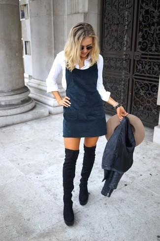 Comment porter un chapeau en laine beige: Pense à harmoniser une veste motard en cuir noire avec un chapeau en laine beige pour une tenue idéale le week-end. Jouez la carte classique pour les chaussures et termine ce look avec une paire de des cuissardes en daim noires.