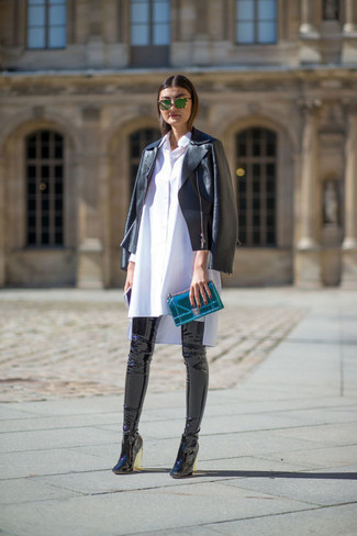 """Si tu es une fille plutôt """"jean t-shirt"""", tu vas aimer le combo simple d'une veste motard en cuir noire et d'une pochette en cuir olive. D'une humeur créatrice? Assortis ta tenue avec une paire de des cuissardes en cuir noires."""