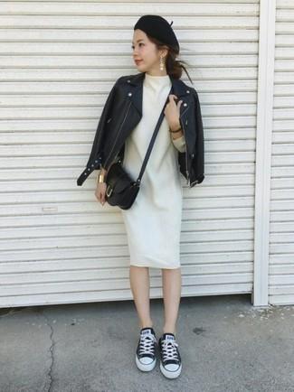 Comment porter une robe droite en laine blanche: Pense à associer une robe droite en laine blanche avec une veste motard en cuir noire pour une tenue raffinée mais idéale le week-end. Tu veux y aller doucement avec les chaussures? Choisis une paire de des baskets basses en toile noires et blanches pour la journée.