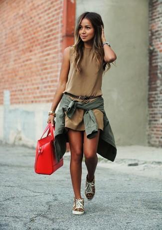 Marie une veste motard avec une robe droite marron pour affronter sans effort les défis que la journée te réserve. Pour les chaussures, fais un choix décontracté avec une paire de des baskets montantes imprimées léopard marron clair.