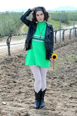 Comment porter: veste motard en cuir à franges noire, robe droite verte, bottes western en cuir noires, bandana noir