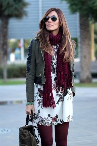 Comment porter: veste motard en cuir olive, robe droite à fleurs blanche, sac bourse en daim gris foncé, écharpe en tricot bordeaux