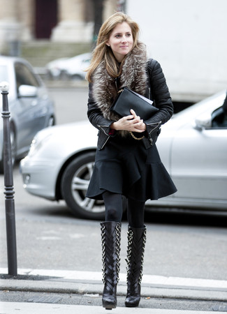 Une veste motard en cuir matelassée noire et une pochette en cuir noire communiqueront une impression de facilité et d'insouciance. Une paire de des bottes hauteur genou en cuir noires ajoutera de l'élégance à un look simple.