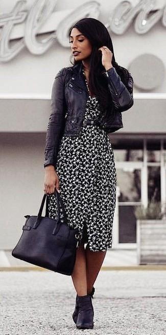 Comment porter: veste motard en cuir noire, robe fourreau imprimée noire et blanche, bottines en cuir noires, sac fourre-tout en cuir noir