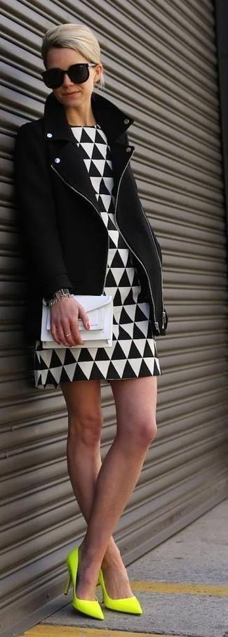 Associer une veste motard avec une robe fourreau géométrique blanche et noire est une option confortable pour faire des courses en ville. D'une humeur créatrice? Assortis ta tenue avec une paire de des escarpins en cuir chartreuses.