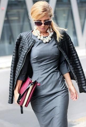 Comment porter: veste motard en cuir matelassée noire, robe fourreau grise, pochette en cuir bordeaux, lunettes de soleil ornées noires