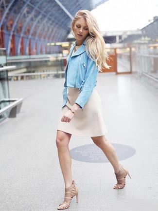 Comment porter: veste motard en daim bleu clair, robe fourreau beige, sandales à talons en cuir beiges, bracelet doré