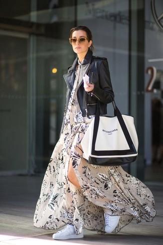 Comment porter: veste motard en cuir noire, robe longue à fleurs beige, baskets basses blanches, sac fourre-tout en cuir blanc et noir
