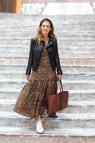 Comment porter: veste motard en cuir noire, robe longue imprimée léopard marron clair, baskets basses en toile blanches, sac fourre-tout en cuir marron