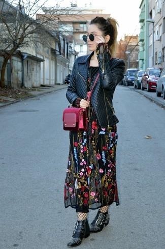 Comment porter: veste motard en cuir matelassée noire, robe longue brodée noire, bottines en cuir à clous noires, sac bandoulière en velours bordeaux