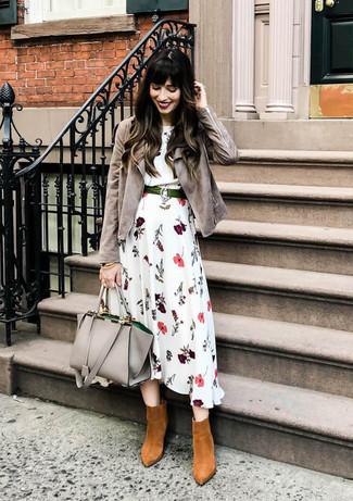 Comment porter: veste motard en daim grise, robe midi à fleurs blanche, bottines en daim tabac, sac fourre-tout en cuir gris