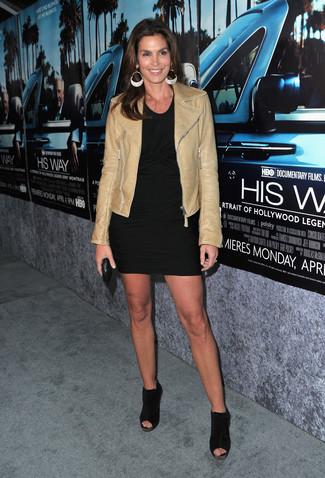 Comment porter: veste motard en cuir marron clair, robe moulante noire, bottines en daim découpées noires, pochette en cuir noire