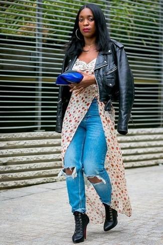 Harmonise une veste motard en cuir noire femmes Saint Laurent avec un jean déchiré bleu pour une tenue idéale le week-end. Jouez la carte classique pour les chaussures et termine ce look avec une paire de des bottines à lacets en cuir noires.