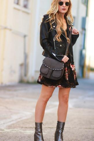 Comment porter: veste motard en cuir noire, robe patineuse à fleurs noire, bottines en cuir marron foncé, sac bandoulière en cuir marron foncé