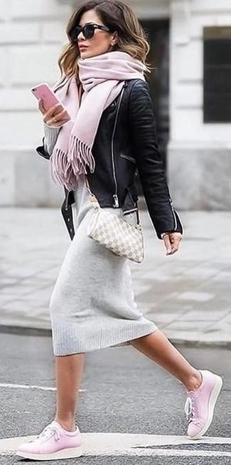 Comment porter: veste motard en cuir noire, robe-pull grise, baskets basses roses, sac bandoulière en cuir beige