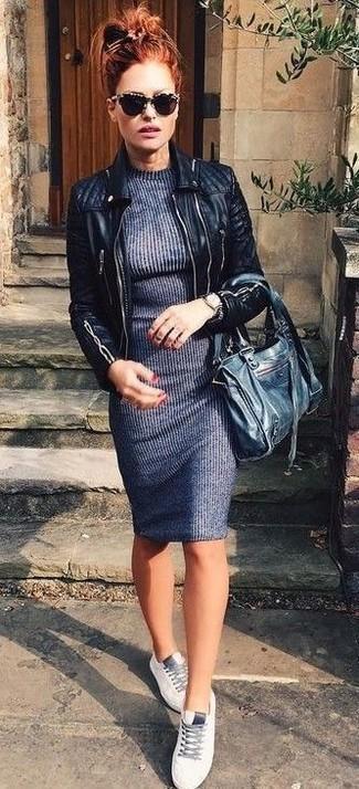 Comment porter une veste motard en cuir matelassée noire: Pour une tenue de tous les jours pleine de caractère et de personnalité pense à marier une veste motard en cuir matelassée noire avec une robe-pull gris foncé. D'une humeur audacieuse? Complète ta tenue avec une paire de des baskets basses en cuir blanches.
