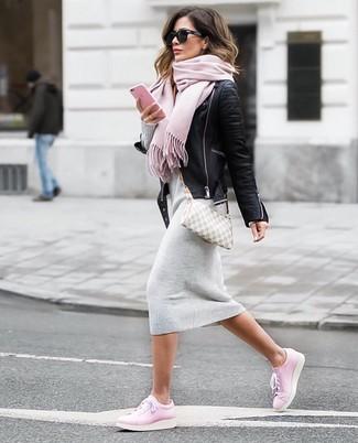 Comment porter: veste motard en cuir noire, robe-pull grise, baskets basses en cuir roses, sac bandoulière en toile à carreaux gris